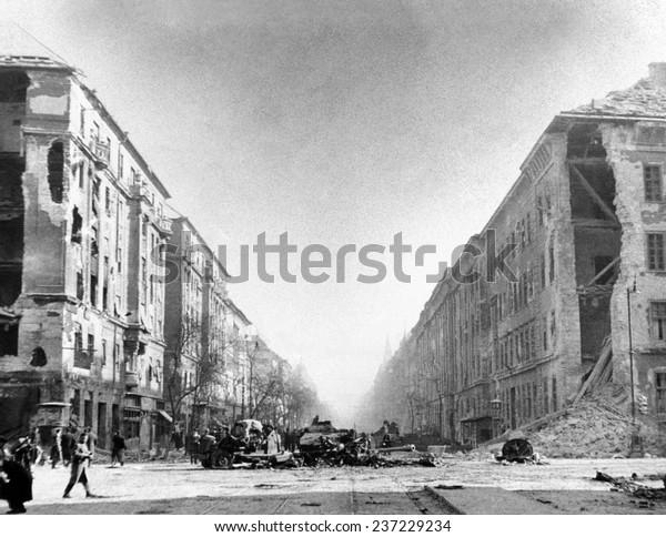 Die ungarischen Aufstände von 1956 Ein zerstörter russischer Panzer und andere Fahrzeuge vor den sowjetischen Kilianischen Barracks in Francis Boulevard Budapest.