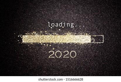 Neujahrskonzept 2020 mit goldener Glitzerbar auf schwarzem Bildschirm mit Datum als Grußkartendesign für die Feiertage