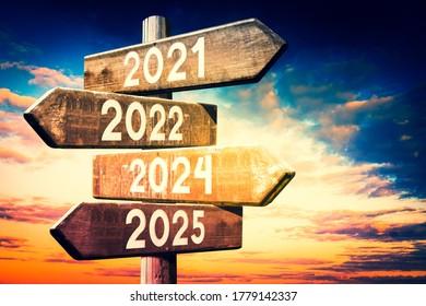 2021, 2022, 2024, 2025 - Holzbeschilderung - 3D-Illustration