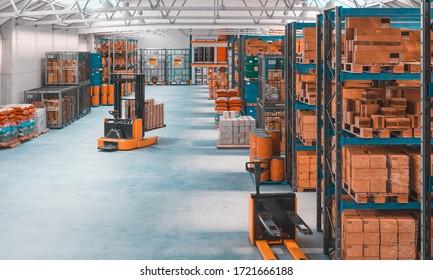 3D-Darstellung eines Betonlagers mit Paletten und Regalen voller Waren. Logistik-, Fertigungs-, Schifffahrt- und Dienstleistungsindustrie. Niemand um sich herum. Horizontales Format.