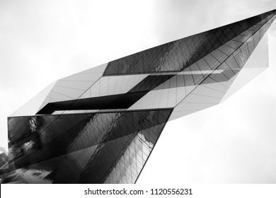Abstrakter schwarz-weißer Hintergrund, der einem futuristischen Gebäude mit Reflexionen und Schatten ähnelt. Sammlung moderner Architekturelemente. Winkelgeometrisches Muster.