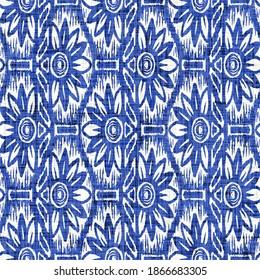 Azurblauer Blütendruck, floraler Hintergrund. Nahtlose weiße Leinen an der Küste Bauernhof Textil-Effekt. Nasswaschbatifärbung-Effekt-Muster. Schöne Stranddekoration mit Blumentuch