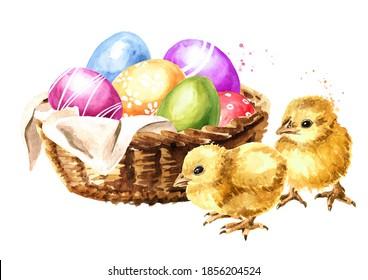Panier avec oeufs de Pâques colorés et poussins jaunes. Illustration à l'aquarelle dessinée à la main, isolée sur fond blanc