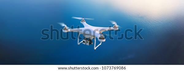 Elektrische Drohne fliegt am Himmel.3D-Abbildung. Drohne: 3D-Modell. Hintergrund: Fotopanorama.