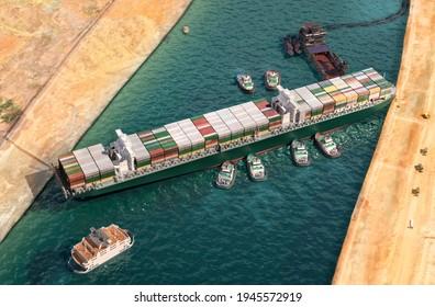 Jede Zeit wurde im Suezkanal freigelassen. Bestreben, riesige Containerladeschiffe mit Schleppbooten, Baggerschiff 3D-Illustration neu zu beleben. Riesenfrachtschiff im ägyptischen Suez-Kanal entladen und wieder in Betrieb genommen