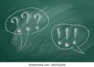 Ausrufezeichen und Fragezeichen in Sprachblasen an der grünen Tafel. Frage und Antwort. Beratungs-, Support- oder Geschäftskommunikationskonzept. 2D-Illustration