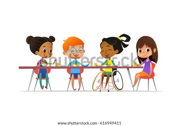Menina em cadeira de rodas sentada à mesa na cantina e conversando com seus amigos. Crianças multirrraciais felizes almoçando. Conceito de inclusão escolar. Ilustração para website, propaganda, cartaz, panfleto.