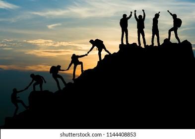 Gruppe von Team-Helhelhelhelhelhelhelhelhelhelen Arbeit an Bergkletterteamwork , Reisetrekking-Gewinner-Erfolgskonzept