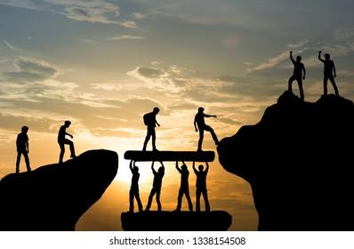 Gruppe von Team-Helhelhelhelhelhelhelhelhelhelhelhelhelen Arbeit an Bergkletterteamwork , Erfolgskonzept für Reitertrekking