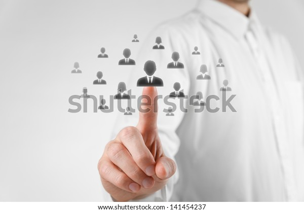 L'agent des ressources humaines choisit l'employé (successeur) qui se démarque de la foule. Sélectionnez le chef d'équipe ou le concept de centre d'évaluation. Discrimination fondée sur le sexe dans la sélection des employés.