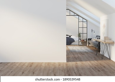 Interieur eines großen Dachs mit einem leeren Muster, Holzboden. Ein Gemälde mit Büchern auf einem Seitenbrett, ein graues modernes Sofa, ein Bett mit einer Decke im Hintergrund. Vorderseite. 3D-Darstellung