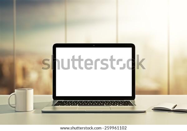 Laptop, Tasse und Tagebuch auf dem Tisch im Büro