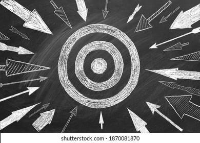 Viele verschiedene Pfeile und Ziel in Kreide auf einer Tafel gezeichnet. Konzept des Wettbewerbs, Strategie, Genauigkeit.