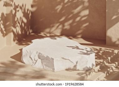 Mínimo podio de piedra con fondo de color pastel cálido para empaque, marca o presentación cosmética. Ilustración 3d.