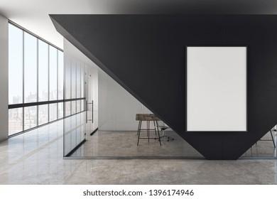 Moderno interior de oficina de cristal con afiche blanco vacío y vistas panorámicas a la ciudad. Montaje, representación 3D
