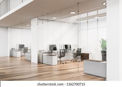 Lobby mit weißen Wänden, Holzboden, Glastüren und kleinen Zimmern mit schwarzen Computertischen. Business Center Konzept. 3D-Rendering
