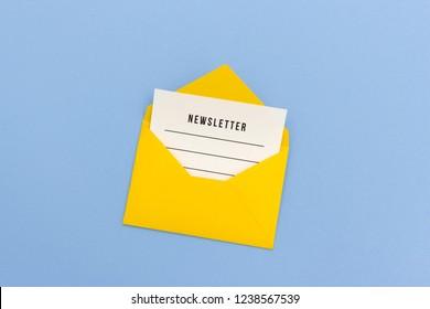 Newsletter in gelbem Umschlag