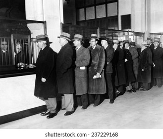 Payroll money for Detroit Workers Line up of workers eir paychecks at the newly opened the Chrysler Emergency Bank in Detroit.