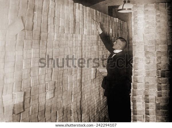Während der Hyperinflation nach dem Ersten Weltkrieg stürzte sich deutsches Geld in eine Berliner Bank. 1923 war ein US-Dollar 800 Millionen Deutsche Mark wert.