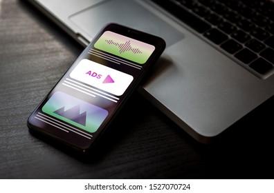 Programmatische Werbung - Online-Marketingstrategie für systemeigene Werbung. Werbemedien-Banner-Block bei der Anzeige einer Website auf einem Handybildschirm.