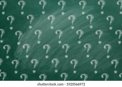 Fragezeichen an der Tafel. Bitte um Hilfe! FAQ-Konzept. Fragen stellen.