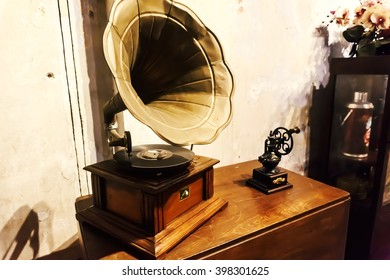 retro gramophone Oil Paint Effect Wallpaper / Background