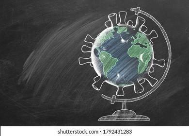 Die Schulkugel in Form von Coronavirus wird mit Kreide an der Tafel gezeichnet. Covid-19 Konzept. Zurück zum Schulkonzept. Reisekonzept. 2. Abbildung.
