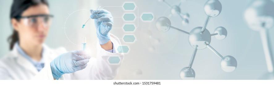Wissenschaftler, der ein Reagenzglas und eine 3D-Abbildung von Molekülen hält