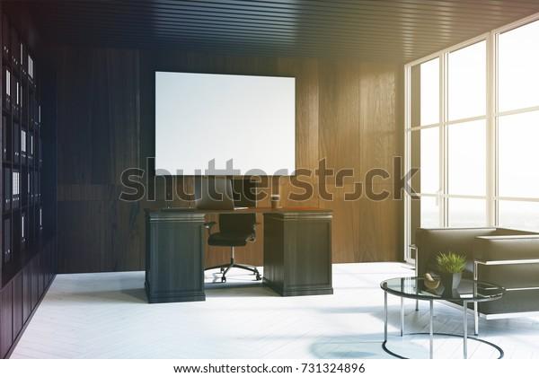 Seitenansicht eines gehobenen Bürogebäudes mit dunklen Holzwänden, weißem Boden, Fensterfronten und Bücherregal neben einem großen Tisch. Ein horizontales Poster. 3D-Rendering-Mock-Up-Bild