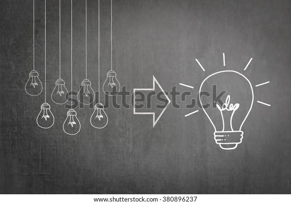Concept de planification stratégique et de synergie de travail d'équipe réussi avec une grande idée créative - concept d'ampoule à idées créatives sur tableau de bord commercial ou tableau noir de l'enseignant