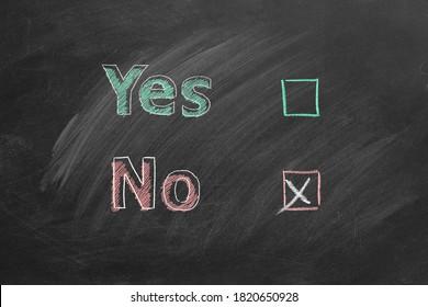 Zwei Wahlkästchen mit Buchstaben Ja und Nein an der Tafel. Markieren Sie bei No. Your Choice Konzept.
