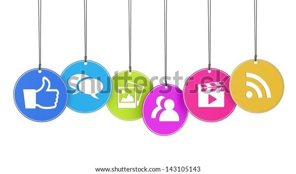Website und Internet-Konzept mit Symbolen sozialer Medien auf bunten, hängenden Tags einzeln auf weißem Hintergrund.