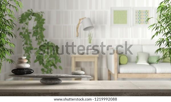 Mesa ou prateleira vintage de madeira com balanço de pedra, sobre a sala de estar escandinava borrada com sofá de madeira e plantas de hera em vasos, feng shui, design de interiores de arquitetura zen conceito, ilustração 3D