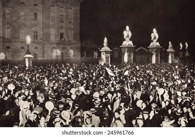 WWI. London crowds cheering the Royal Family on the Buckingham Palace balcony on the day Britain declared war on Germany and Austria-Hungary. August 4, 1914.