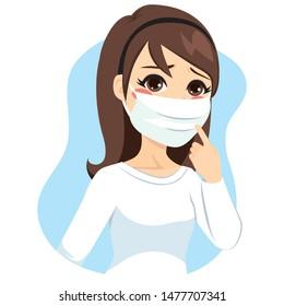 Junge Frau, die eine medizinische Maske auf dem Gesicht trägt, um Grippe zu verhindern