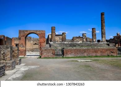 Руины древнего города Помпеи возле вулкана Везувий, Неаполь, Италия.