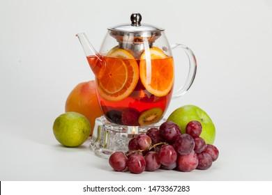 красивый и сочный чай  со свежих фруктами на деревянной подложке, для оформления в фуд дизайне и кулинарии
