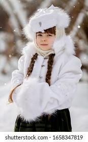 красивая девочка в старинном костюме