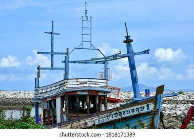 Chonburi​ /Thailand​ -​ September​ 2​ 2020​ : The​ view​s​ shipwreck​ on​ beach​ Ban​ Amphoe​ Pattaya​ and​ background​ outdoor​ relax​ holiday​ travel​ concept​, landmark​ Chonburi​