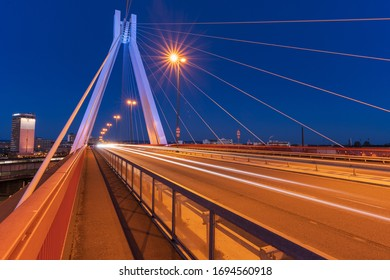 02.04.2020, Ludwigshafen: Leichte Pfade von Autos auf einer Brücke in Ludwigshafen in Deutschland.
