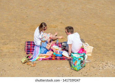 04.19.2018 Kent, UK. Young family enjoying the sunshine on Minnis bay beach, Birchington kent