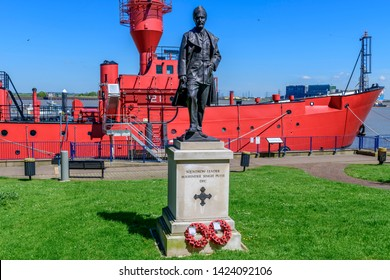 05.01.2018. Gravesend, Kent, UK. Memorial statue of squadron leader Mahinda Singh Pujji DFC. River bank Gravesend Kent