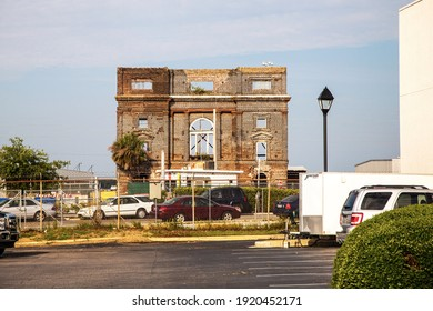 08-06-2013 – 16:21:53: S T R A NG E: This is only a wall, no-side, no-back, no-shed, but windows clearly visible. City Charleston USA