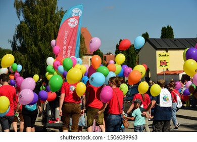 09/15/2019, in Moosburg / Bavaria, the traditional Autumn Show with the Autumn Show Pageant takes place for the 95th time. The tradition has existed since 1924. children and parents walk on the road.