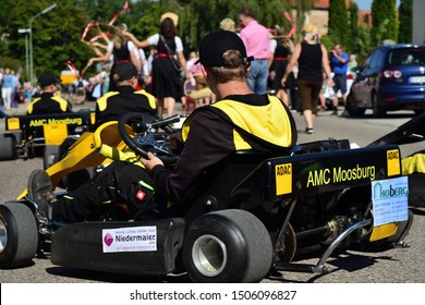 09/15/2019, in Moosburg / Bavaria, the traditional Autumn Show with the Autumn Show Pageant takes place for the 95th time. The tradition has existed since 1924. A boy in a race car follows.