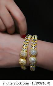 1 Kerret Glod Plated Bangles in girl Hand