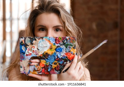 1 white blonde woman with paint in the room