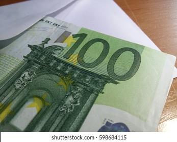 '100' euros in an envelope