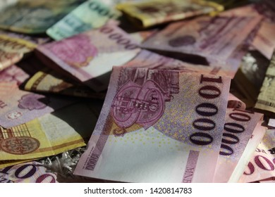 10000 Hungarian Forint pointing out