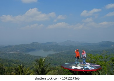 12th May, 2018. Kulonprogo, Yogyakarta, indonesia. Enjoy the beauty of the Sermo reservoir from the Pule Payung hill.